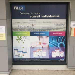 Adhésif micro perforé pour vitrine de pharmacie