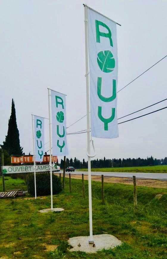drapeau et mat bord de route pepiniere